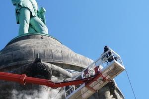 Mit dem Hubsteiger ging es bei den Reinigungsarbeiten am Hermannsdenkmal hoch hinaus