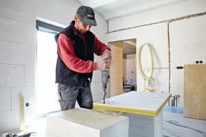 Durchdringungen konnten in der Innendämmung wie bei einer normalen Gipsplatte mit dem Bohrer oder der Säge hergestellt werden. Wichtig: Nach der Wandmontage müssen die Durchdringungen wieder mit einer Dichtungsmasse luftdicht verschlossen werden<br />