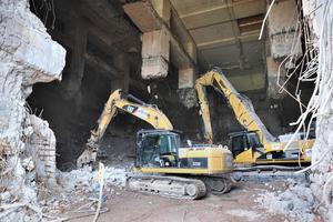 Im Inneren wüten zwei Abrissbagger, um insgesamt rund 40000 Tonnen Schutt aus dem Bunker zu schaffen<br />