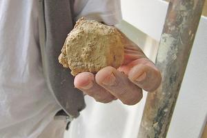 Der Historic Kalkspatzenmörtel wird wie in alten Zeiten händische hergestellt