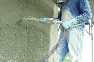 Auftrag von Vorspritzmörtel und Sanierputz an der Fassade<br />