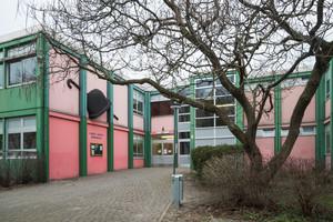 Die Charlie-Chaplin-Grundschule entstand 1972 als für die damalige Zeit typischer zweigeschossiger Stahlbeton-Fertigteilbau