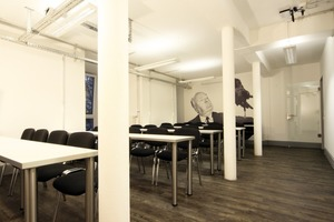 Die im dritten Obergeschoss herausgeschnittene tragende Innenwand ermöglicht in dieser Etage zwei große Klassenzimmer