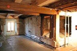 Bild oben: Raum mit erhöhtem Niveau im ersten Obergeschoss während der Sanierungsarbeiten<br />