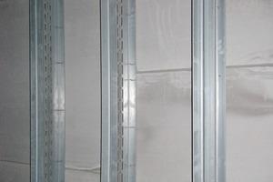 Die Unterkonstruktion der inneren Fassade besteht aus UA-Profilen 150 mm, Rücken an Rücken verschraubt<br />