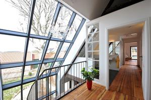 Die Festverglasung geht auf der Nordsteie in die Dachschräge im Dachgeschoss über<br />
