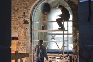 Die neuen Fenster wurden in den tiefen Laibungen weit nach innen versetzt, so dass die Fassade der Burg unverändert bleiben konnte. In den Brüstungskästen mit der silbernen Verkleidung verbergen sich Heizung, Feuerlöscher und Haustechnik<br />