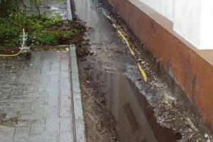 Freigelegter Sockel vor der Sanierung – gut erkennbar ist hier der hohe Grundwasserstand<br />