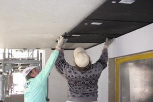 Unterdeckendämmung auskragender Gebäudeteile mit Vakuum-Isolations-Paneelen<br />Foto: va-Q-tec<br />