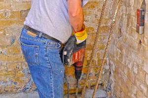 Für die Injektion setzen die Handwerker im Gebäudeinneren Bohrungen unter die Außenmauern