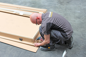Die Holzzarge muss zunächst zusammengebaut werden, ...