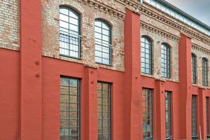 Rechts: … erzählten mit ihren Zeit- und Nutzungsspuren am Backsteinmauerwerk aber auch von der Geschichte des Gebäudes