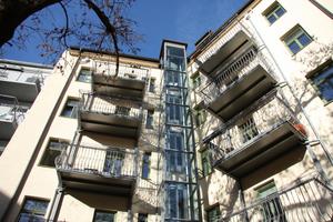 Auf der Rückseite wurden größere Balkone und ein Aufzug angebautFotos: Kneer-Südfenster