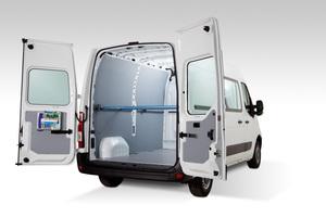 Ladungssicherungspaket: Der Renault Master wird mit Sicherheitsboden mit integrierten Verzurrpunkten, Zurrgurten und Spannstangen geliefert<br />Foto: Sortimo / Renault