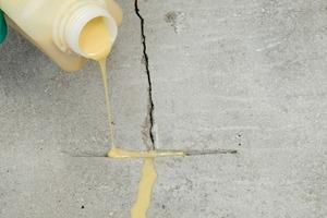 Mit weber.floor Blitzharz easy lassen sich Risse schnell und sicher auffüllen