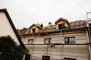 Um die Nutzung des neuen großzügigen Dachstudios über dem linken und mittleren Gebäudeteil noch attraktiver zu machen, wurden zwei Gauben auf der straßenabgewandten Seite des Gebäudes erweitert