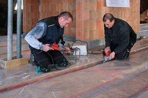 Die Handwerker schraubten die Schubfix-Schubverbinder TC II 7.3/150 mm im 45-Grad-Winkel ohne Vorbohren ein<br />