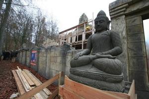 Buddhafigur vor der Umfassungsmauer<br />