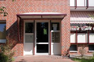 Der neu gestaltete Eingang der sanierten Wohnanlage