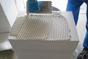 Oben: Wichtig ist bei der Verarbeitung einer Innendämmung – wie beispielsweise der hier gezeigten Perlit-Platten – ein gleichmäßiger Auftrag des Haftmörtels, damit später eine vollflächige Verklebung der Platten mit dem Untergrund gewährleistet ist