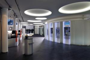 Nach dem Umbau bietet die VR Bank in Landau im Beratungscenter eine angenehme Atmosphäre, die wesentlich von den Lichtkreisen der in Trockenbauweise ausgeführten Decke mit bestimmt wird<br />