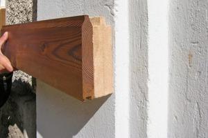 Bild auf gegenüberliegender Seite: Verarbeitung eines Fassadenelementes aus Thermoholz und Holzfaserdämmung