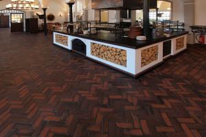 Fußbodengestaltung mit Ziegelpflaster im ehemaligen Pferdestall<br />