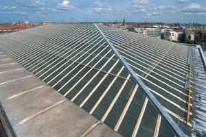 Auf einer Länge von 17 Kilometern haben Verarbeiter T-Profile des geneigten Museumsdaches mit Triflex ProDetail abgedichtet