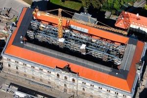 Montage des Brückenbauwerks im Innenhof des Albertinums aus der Luft gesehen<br />