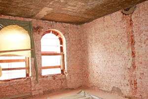 Links: Entkernt bis auf das Mauerwerk: zukünftiger Seminarraum