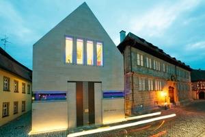 Der außen mit Schönbrunner Sandstein bekleidet Erweiterungsbau steht selbstbewusst neben dem ehemaligen Wirtshaus aus dem 17. Jahrhundert, in dem sich seit 1983 in Iphofen das Knauf-Museum befindet<br />