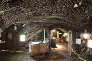 Das Treppenhaus unter dem Infomonolithen führt bis tief unter Tage in die Stollen des Deutschen Schieferbergwerk