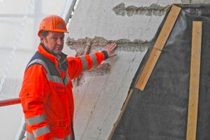 Diplom-Restaurator Gereon Lindlar verweist auf die zu geringe Betonabdeckung beim Bewehrungsstahl auf der Sanierungsbaustelle der Bühnen und Oper Köln<br />Foto: Remmers