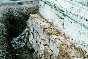 Ganz oben: Um die aufsteigende Feuchtigkeit zu stoppen, brachten die Handwerker eine Horizontalsperre ins Natursteinmauerwerk ein