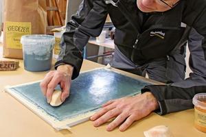 """Thomas Wieckhorst, Chefredakteur der bauhandwerk, zeigt die Herstellung von Tadelakt  <span class=""""bildnachweis""""></span>"""