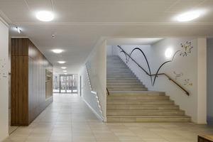In das Obergeschoss, das sich als Rundgang dem Besucher erschließt, führt eine großzügige Haupttreppe zur Dauerausstellung