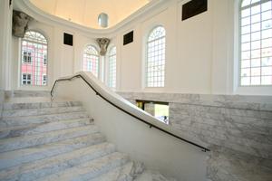 Der weiße hellgrau geäderten Kavala-Marmor aus Griechenland prägt das historische Treppenhaus als Vermittler zwischen vermeintlich Altem und Neuem Fotos (2): Thomas Wieckhorst