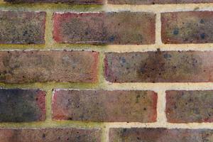 Links: vor der Behandlung mit Stormdry-Fassadenreiniger, rechts danach