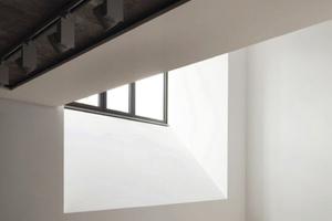 In die Ausstellungsräume im Erdgeschoss gelangt das Tageslicht durch die um 45 Grad angeschrägte Fensterbank der neuen Fenster im Geschoss darüber