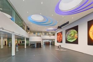 Die anspruchsvolle Deckenkonstruktion mit großen Ellipsen prägt das Foyer des Max-Planck-Institutes für Sonnensystemforschung in Göttingen Foto: Knauf / Andreas Braun
