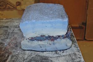 Der fertige Stuckmarmor-Kuchen wird anschließend in rund 1 cm dicke Scheiben geschnitten<br />