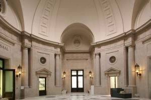 Über den Eingang im Kuppelbau gelangt man zurzeit auch in den neuen Lesesaal