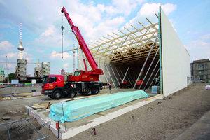 Oben: Der Aufstellung der Wände folgte nach jedem Abschnitt die stabilisierende Montage der Dachkonstruktion aus Fachwerkbindern(Foto: Temporäre Kunsthalle Berlin/Ralph Sinapius)