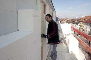 Exaktes Ausrichten der Dämmplatten an der Fassade