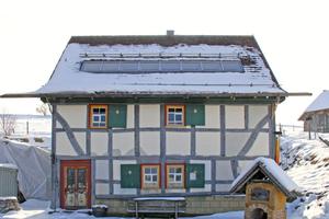 Dieses Fachwerkhaus auf dem Firmengelände dient zugleich als Musterhaus und AusweichbüroFoto: Schwarzmann
