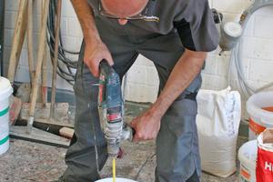 Anmischen der Spachtelmasse mit dem Handrührwerk