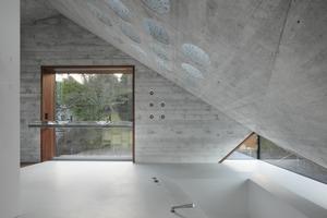 Die Herstellung der runden Öffnungen, durch die zusätzlich Tageslicht in die Räume unterm Dach gelangt, stellte sehr hohe Anforderungen an die ausführende Betonfirma, da die Öffnungen nachträglich in den Beton gebohrt werden musstenFotos: Roland Halbe