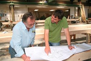 Die mit Hilfe der EDV erstellten Pläne (oben links) sind die Grundlage für die CNC-gesteuerte Vorfertigung im Holzbaubetrieb (rechts daneben)<br />