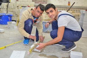 """Rechts: Zwei Teilnehmer eines Flüchtlingsprojekts am HBZ Brackwede. Sie machten im vergangenen Jahr erste Erfahrungen in Bauberufen<span class=""""bildnachweis"""">Fotos: Nikolin Dushkja</span>"""