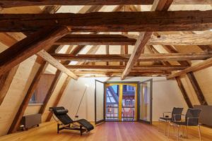 Mit Tannenholzplatten stabilisierter Dachstuhl. Das Dachgebälk aus naturbelassenen, zweitverwendeten Hölzern stammt aus 700 Jahrhunderten. Die ältesten Dachbalken sind auf das Jahr 1309 datiert<br />